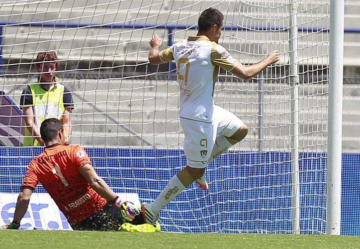 Dante López anota uno de sus goles ante Jaguares. (Notimex)