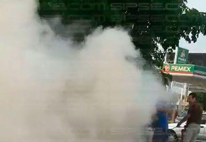 """Un auto se incendió frente a dos gasolineras, conocidas como """"las gemelas"""", en Mérida. (SIPSE)"""