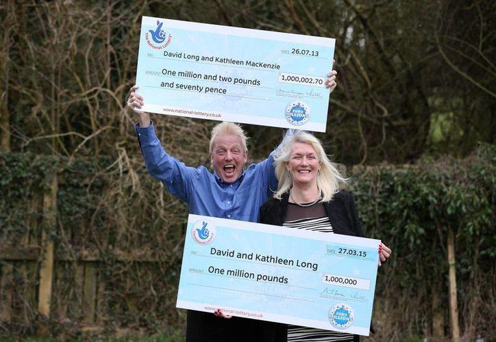 David y su esposa Kathleen Long celebran haber ganado la Lotería en Inglaterra, por segunda vez en menos de tres años. (Foto: AP)