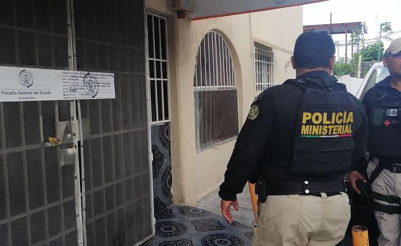 Al término de las diligencias, se colocaron sellos de clausura en los accesos del inmueble. (Rubén Cruz/SIPSE)