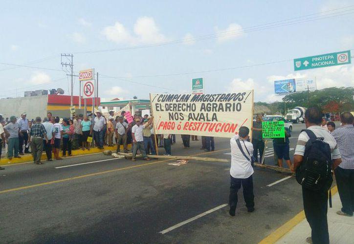 Comuneros de Oaxaca bloquean con lanchas y barricadas los accesos al Aeropuerto Internacional de Bahías de Huatulco. (Posta).