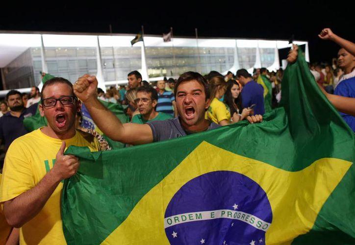 Miles de personas salieron a las calles de las principales ciudades brasileñas para exigir la renuncia de la presidenta Dilma Rousseff. (AP)