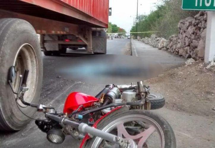 Tras atropellar al joven motociclista en Umán, el conductor se dio a la fuga dejando el vehículo en el lugar del accidente. Imagen de los hechos ocurridos en Umán. (Cuauhtémoc Moreno/SIPSE)