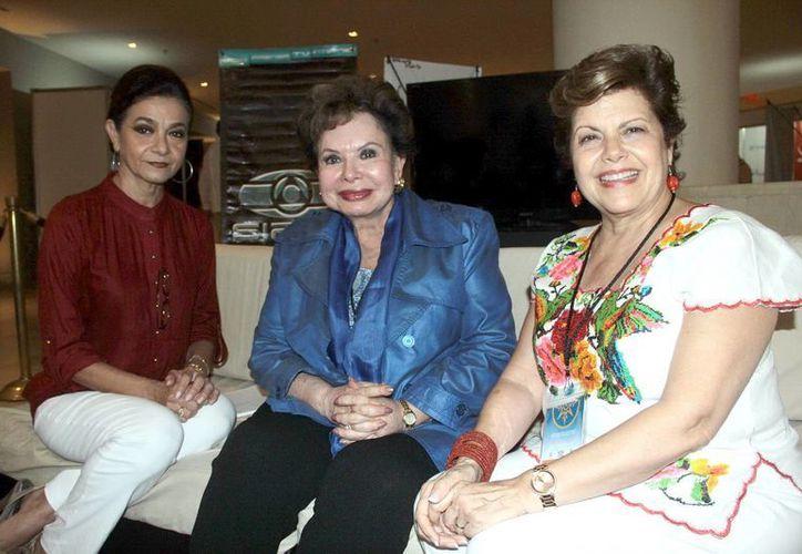 Mariliz Escalante y Alis García recibieron a María Esther Aguirre (centro), presidenta del Club de los Optimistas. (Jorge Acosta/SIPSE)