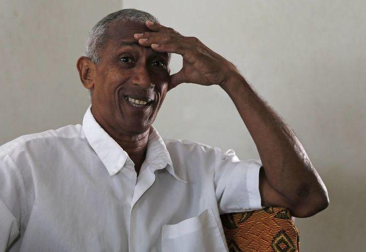 El disidente cubano Hildebrando Chaviano, que opta a un escaño en la asamblea municipal, habla durante una entrevista en su casa de La Habana, Cuba. (Agencias)