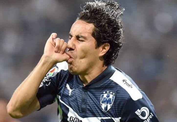 Efraín Juárez remató de cabeza en el área tras un tiro libre y marcó el 1-0 a los 49 minutos del clásico norteño convirtiéndose en la figura de La Pandilla. (Imágenes EFE y Liga MX)