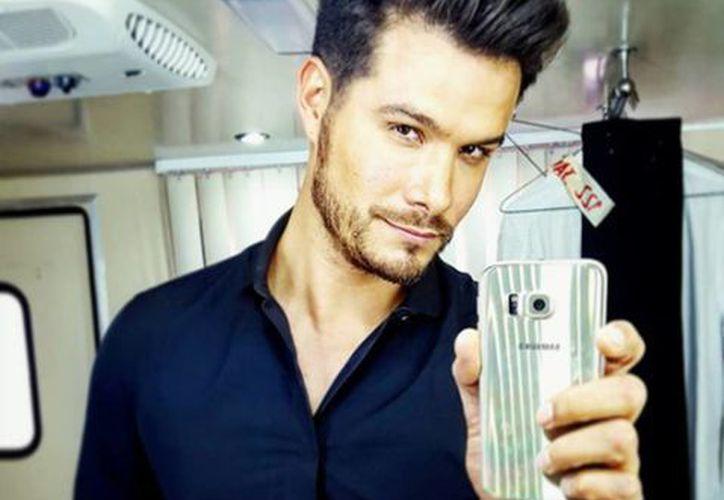 El actor Brandon Peniche podría interpretar al cantante Enrique Guzmá en la serie que prepara Carla Estrada. (instagram.com/penichebrandon)
