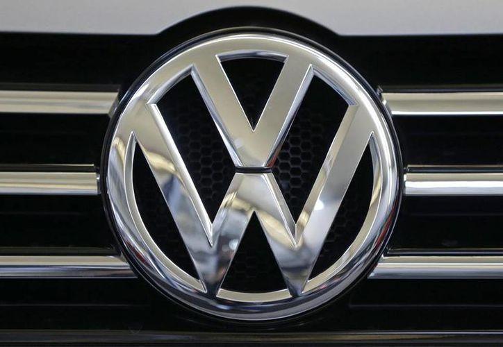 VW pagará unos 10 mil 200 millones de dólares para compensar a 482 mil propietarios de autos diesel programados para manipular pruebas de emisiones. (AP Foto/Gene J. Puskar, File)