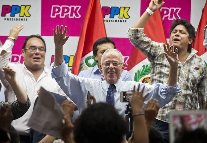 Pedro Pablo Kuczynski tiene la difícil misión de derrotar a Keiko Fujimori en la segunda ronda de las presidenciales peruanas, aunque las encuestas dan ventaja a ella. (Archivo AP)