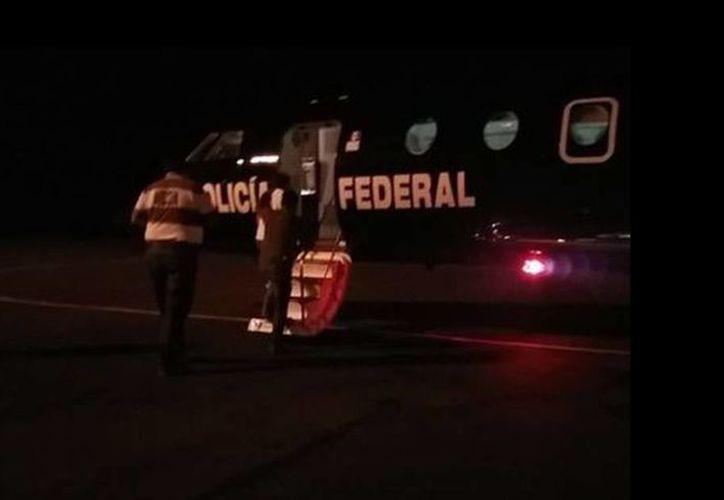 Aciel Mendoza Sibaja, fue subido a un avión de la Policía Federal y escoltado por elementos de la Gendarmería. (Oscar Rodríguez/Milenio)