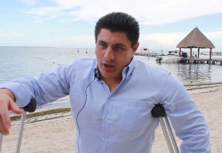 Leobardo Morales fue entrevistado en Playa Las Perlas. (Sergio Orozco/SIPSE)
