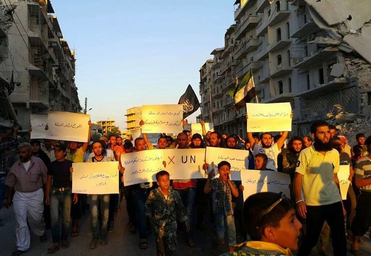 Acitvistas en la sitiada Alepo protestan contra Naciones Unidas por lo que describen como su incapacidad para levantar el asedio en su  zona controlada por los rebeldes. (Modar Shekho a través de AP)