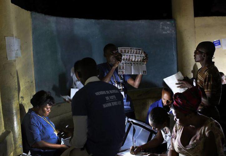 Unas mil personas trabajan a marchas forzadas para que se conozca antes de ocho días el resultado de las elecciones presidenciales en Haití, que se celebraron el domingo. (EFE)