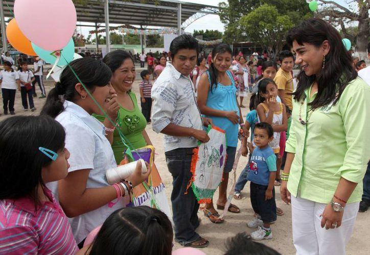 La presidenta del DIF Yucatán, Sarita Blancarte de Zapata, convive con familias de Kopomá. (SIPSE)