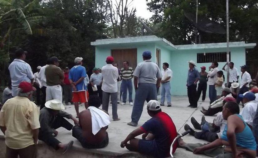 Ejidatarios interceptaron al edil durante más de dos horas. (Carlos Yabur/SIPSE)