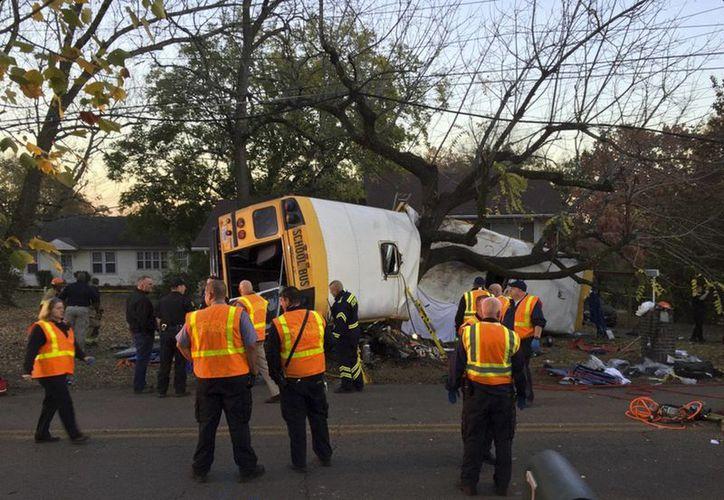 Fotografía proporcionada por el Departamento de Bomberos de Chattanooga vía el periódico Chattanooga Times Free Press, que muestra a bomberos de la agencia trabajando en el sitio del accidente. (AP)
