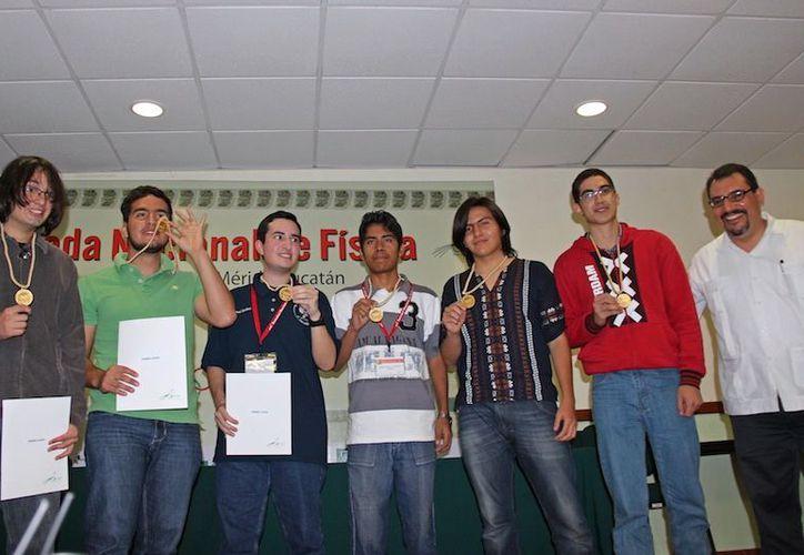 Los ganadores de la Olimpiada Nacional de Física recibieron medallas. (Milenio Novedades)