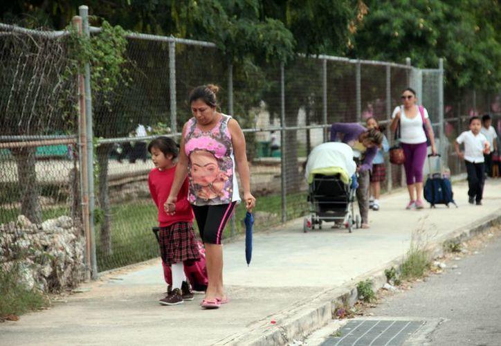 Esta imagen fue común ayer en todas las escuelas de Yucatán. El nivel de ausentismo escolar se redujo con respecto a la semana pasada. (Milenio Novedades)