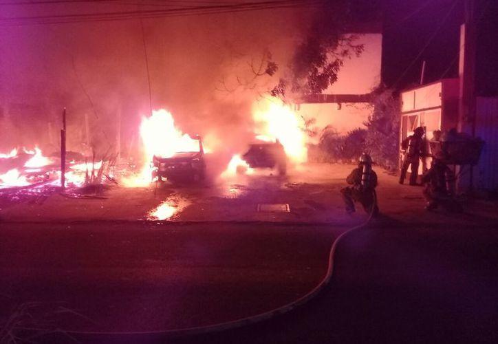 Un cortocircuito provocó un incendio en el que perdió la vida una mujer. Las llamas alcanzaron a tres vehículos. (Redacción/SIPSE)