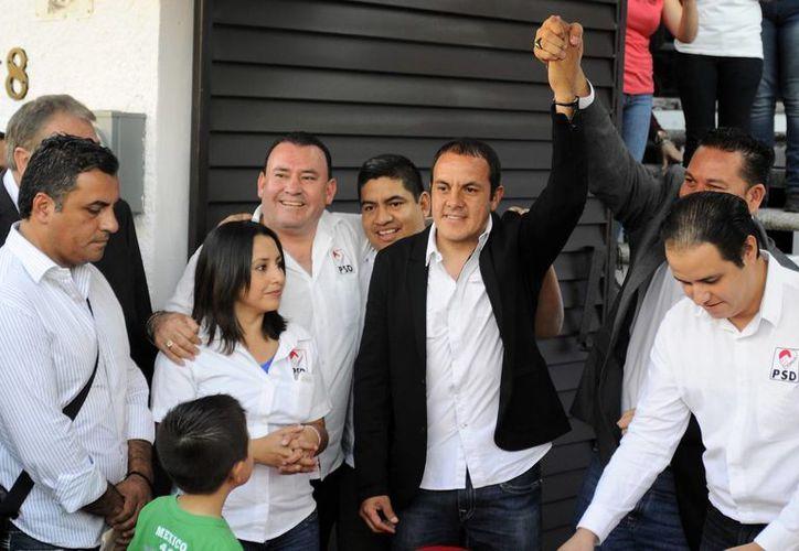 Soy de la gente que quiere trabajo, aquí me van a tener día y noche con el apoyo de la gente', dijo Cuauhtémoc Blanco tras registrarse como precandidato por el PSD en Cuernavaca. (AP)
