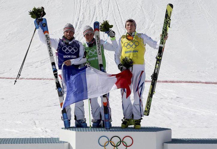Los franceses Arnaud Bovolenta, Jean Frederic Chapuis y Jonathan Midol celebran el 1-2-3 tras la final de Esquí Acrobático Esquí Cross masculino en Sochi. (EFE)