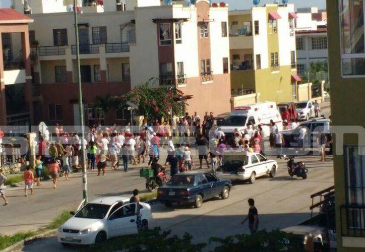 Un hombre fue sometido por vecinos del fraccionamiento Urbi Villas, tras apuñalar a su pareja, ayer por la tarde. (Redacción/SIPSE)