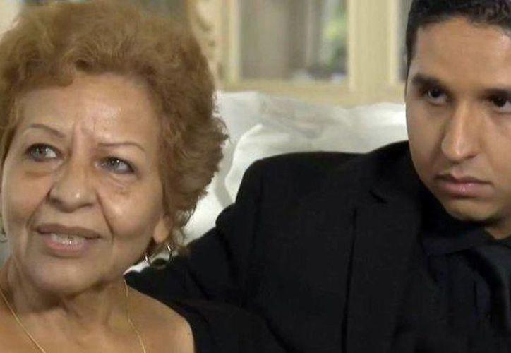 Laura Salas, madre de los 4 hijos de Juan Gabriel, en la foto acompañada por uno de ellos. (hola.com)