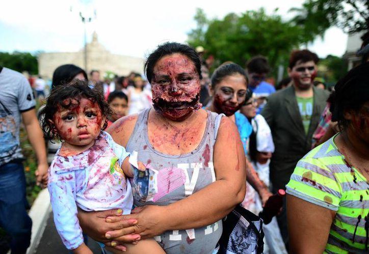 Niños y madres se disfrazan para disfrutar de un domingo zombie. (Luis Pérez/SIPSE)