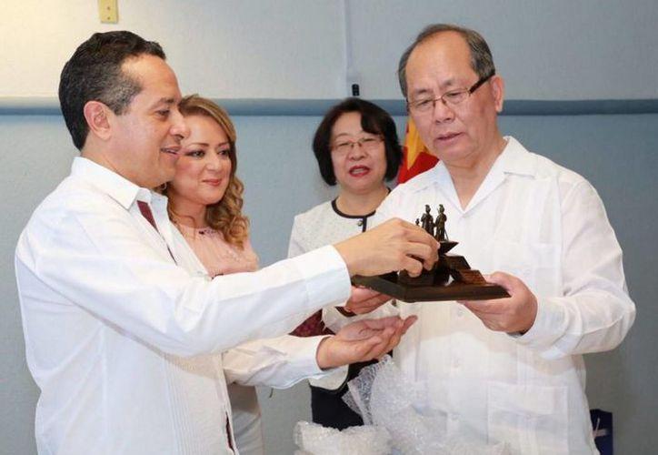 El gobernador Carlos Joaquín González y el embajador de China en México, Qui Xiaoqi, se reunieron esta semana en Cozumel.  (Notimex)