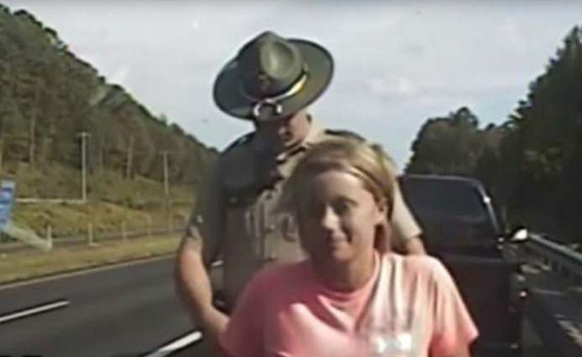 El oficial pasó su mano debajo de la ropa de la conductora argumentando una revisión de rutina. (Foto: Captura de pantalla)