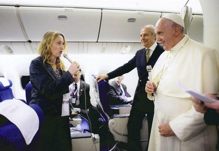Fotografía donde aparece el Papa Francisco hablando con la periodista argentina Elisabetta Piqué. (EFE)