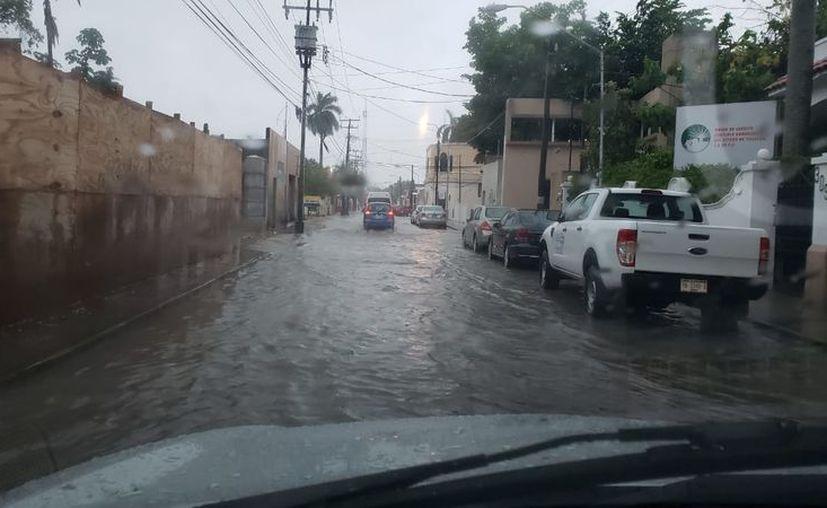 Las calles se inundaron por la lluvia de esta tarde. (Novedades Yucatán)