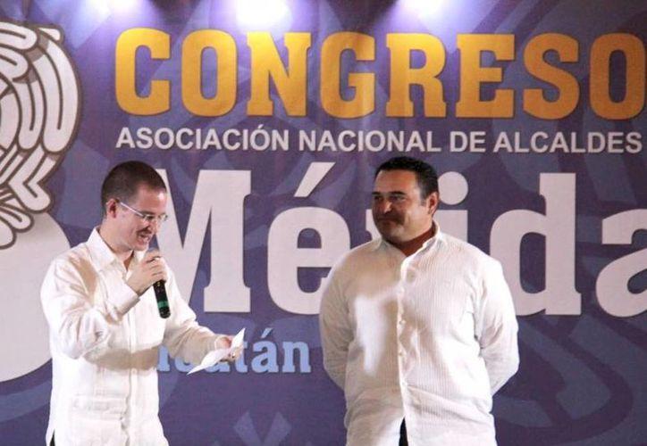 Ricardo Anaya Cortés al momento de anunciar el nuevo cargo de coordinador nacional de Alcaldes del Comité Ejecutivo Nacional del PAN a Renán Barrera Concha. (Milenio Novedades)