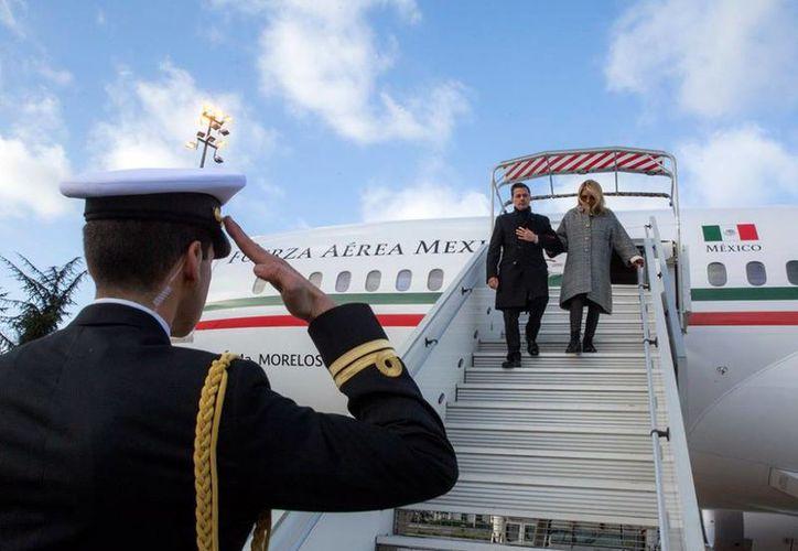 """Acompañado de su esposa, Angélica Rivera de Peña, a bordo del avión presidencial TP-01 """"José María Morelos"""". (Facebook)"""