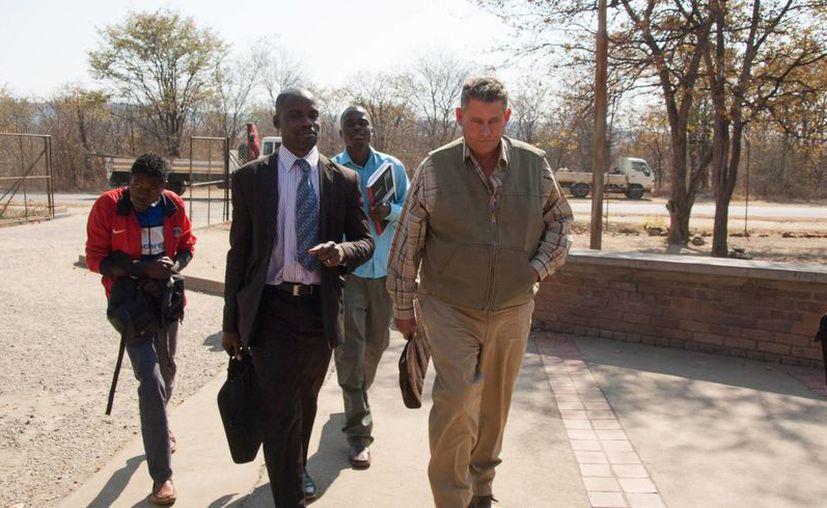 El cazador profesional, Theodro Bronkhorst (d), a su llegada a los juzgados en Hwang, Zimbabue. Bronkhorst es acusado de participar en la cacería del famoso león Cecil. (AP)