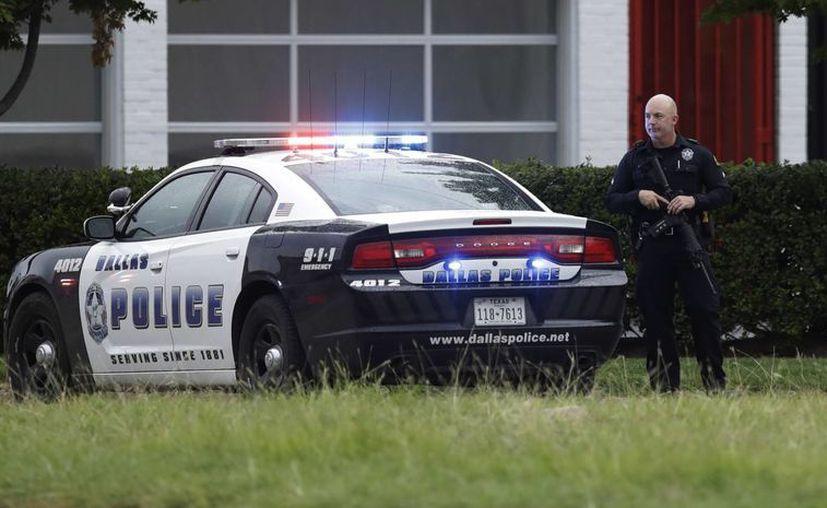 La policía de Dallas refuerza la seguridad en su sede después de recibir una amenaza anónima, en Dallas, Texas.  (Foto AP / Eric Gay)