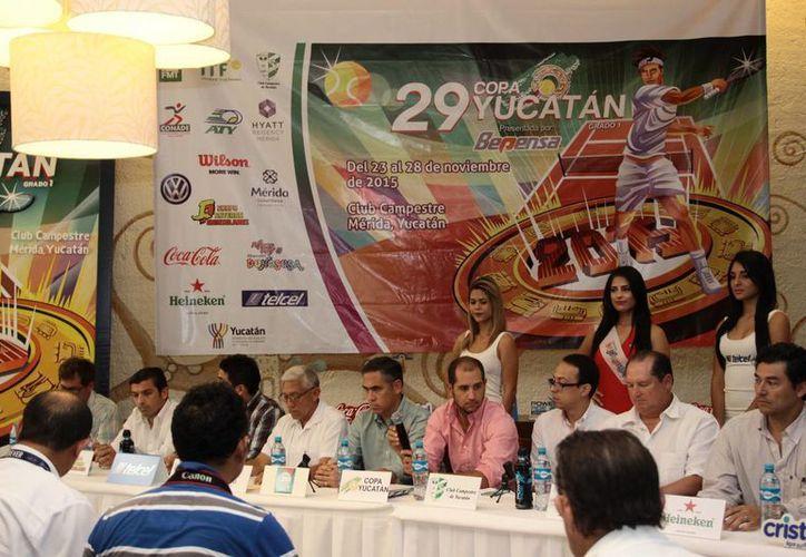 Presentación del póster 2015 de la Copa Mundial Yucatán de Tenis Juvenil. (Jorge Acosta/SIPSE)