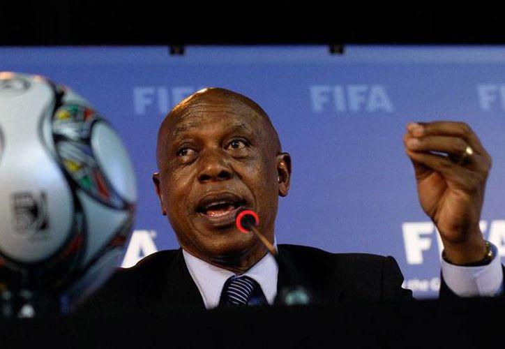 Tokyo Sexwale, de Sudáfrica, se destapó para encabezar la FIFA; es el séptimo candidato a la presidencia del organismo. (AP)