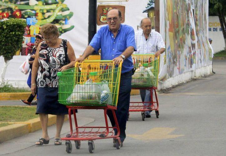 Capitalinos adquieren menos mercancías de las que estaban acostumbrados a comprar. (Harold Alcocer/SIPSE)