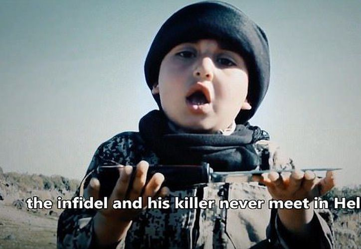 Se difundió el video del niño que ayuda a ISIS. (Captura de video)