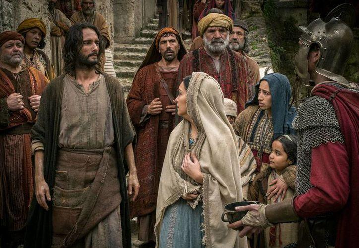 """Imagen proporcionada por Paramount Pictures en la que se ve a Rodrigo Santoro como Jesus y a Nazanin Boniadi como Esther en una escena de """"Ben-Hur"""". (Foto: Philippe Antonello/Paramount Pictures via AP)"""
