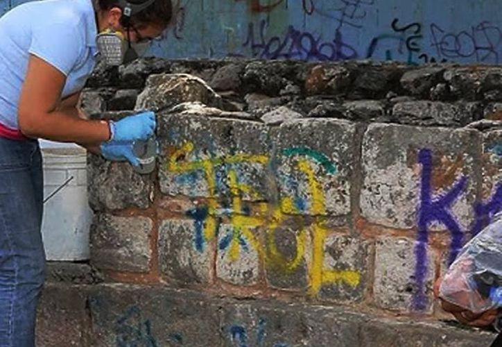 El invento hace posible proteger las paredes de graffitis y con ello mantener los espacios limpios. (SIPSE)