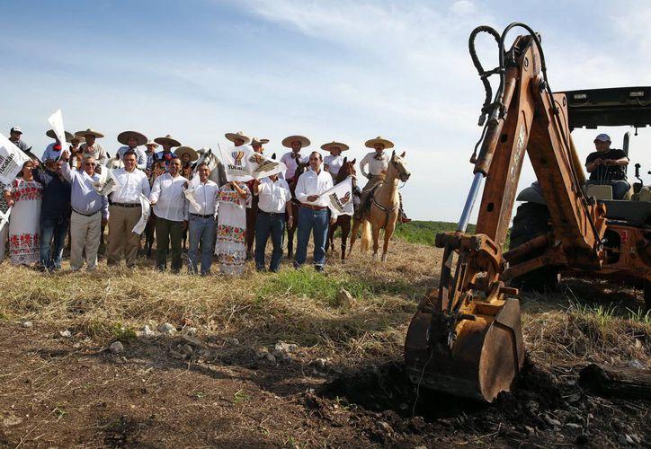 El Gobernador dio el banderazo para comenzar la construcción del lienzo charro en Panabá. (SIPSE)