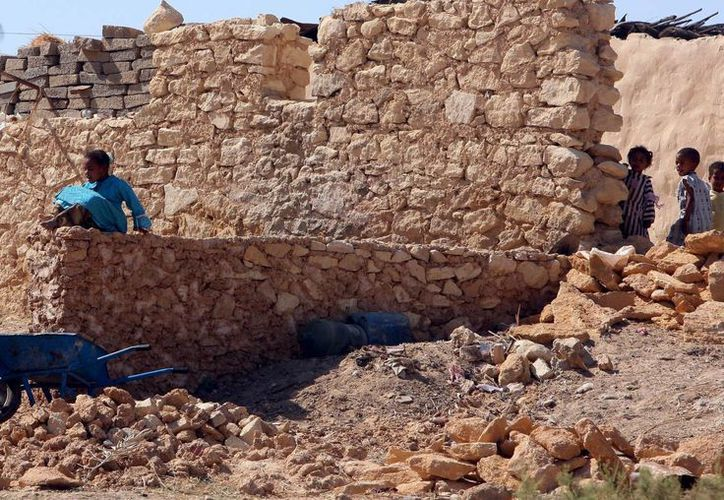 Un grupo de niños juega en el área de Gara, Egipto, cerca de la frontera con Libia. (EFE/Foto de archivo)
