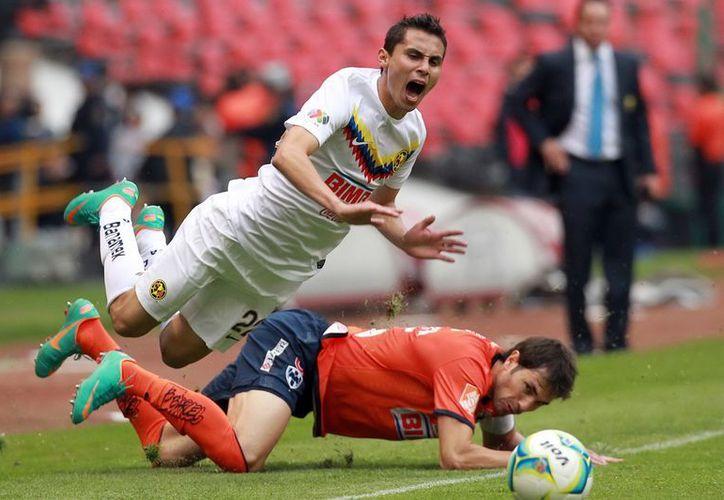 El 'Piojo' Herrera, desde la tribuna, tuvo que dar los cambios, pues fue expulsado de la cancha. (Notimex)