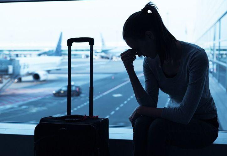 Cuando viajes al extranjero procura tener contigo, ya sea de forma física o digital, un par de copias de tu pasaporte. (Shutterstock)