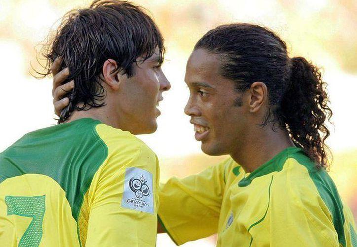 Kaká (i) y Ronaldinho, alguna vez titulares indiscutibles tanto en el AC Milan (el primero), el Barcelona (el segundo) y la Canarinha (ambos), ahora no jugarán el Mundial en el país donde nacieron. (as.com)