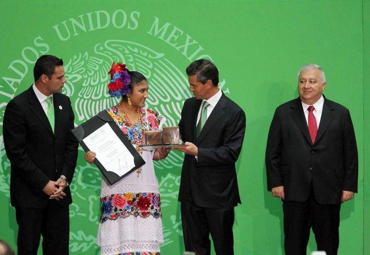 Araí Guadalupe Chan Canul recibe Premio Nacional de la Juventud 2013 de manos del presidente de México, Enrique Peña Nieto. (Notimex)