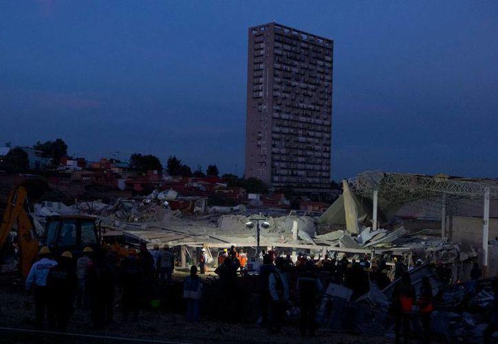 Panorámica de la zona de desastre en el área del hospital Materno-Infantil de Cuajimalpa, donde este miércoles una explosión causó la muerte de 3 personas (dos bebés) y más de 70 heridos. (AP)