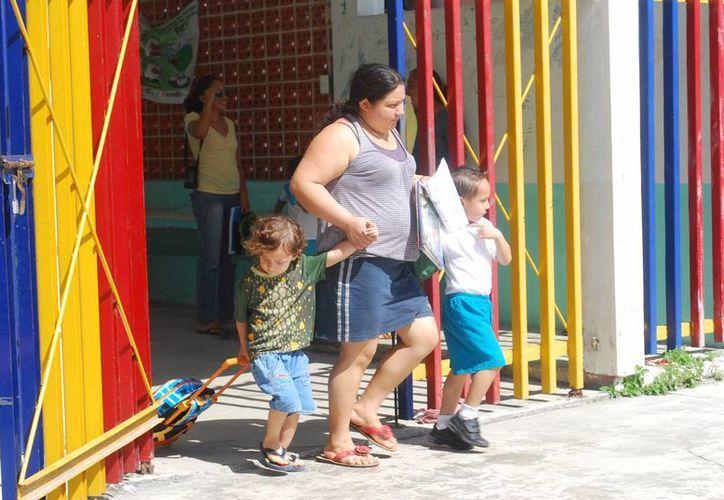 Es necesario que los padres de familia expliquen el funcionamiento del tiempo, para que se vaya familiarizando con el transcurrir de las horas. (Israel Leal/SIPSE)